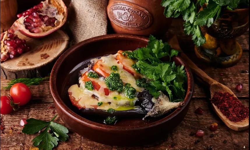 Запечённый баклажан с томатами и сыром