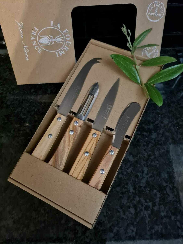 Coffret de 4 utilitaires de cuisine en bois d'olivier: 1 couteau à fromage, 1 éplucheur, 1 couteau d'office et 1 couteau à tartiner