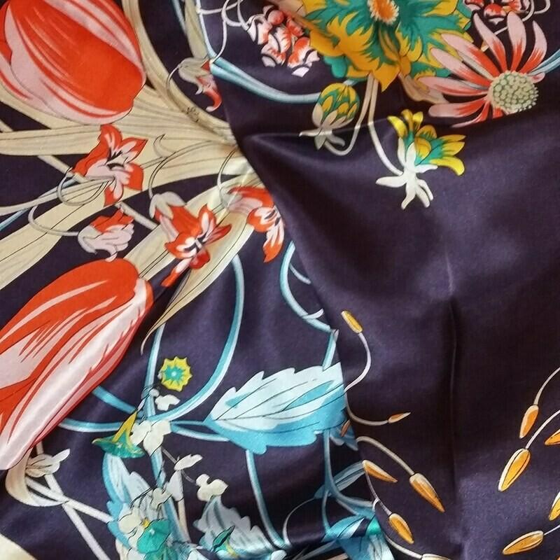 Grand foulard carré de soie satin 110 cm marine ourlé main