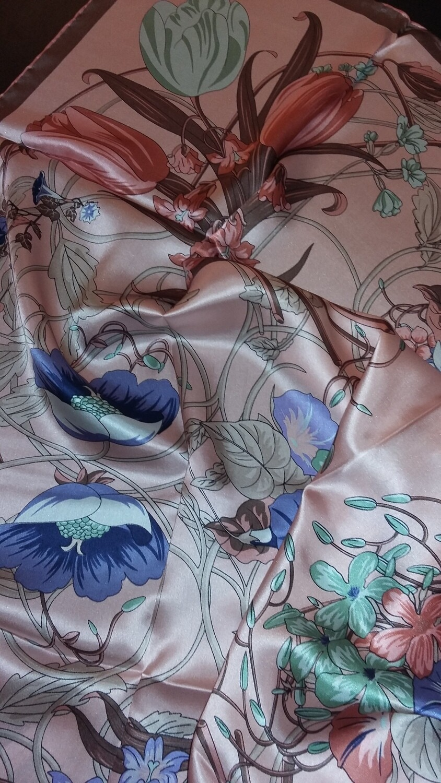 Grand foulard carré de soie satin   fond rose, ourlé main