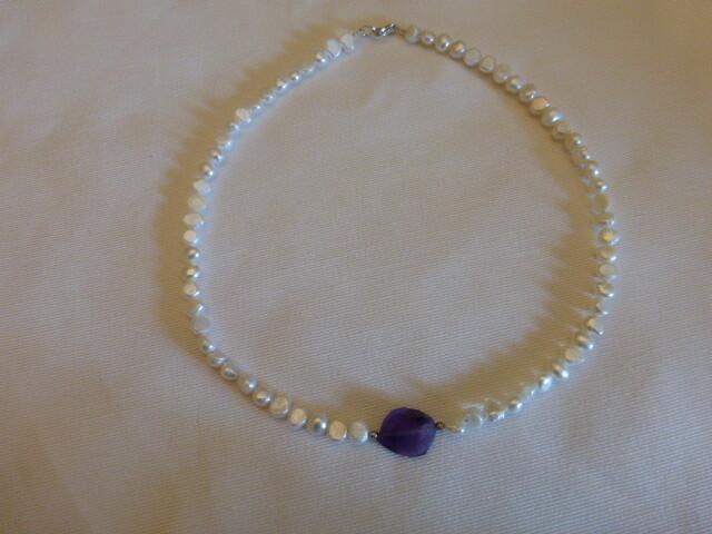 Collier tour de cou en perles d'eau douce avec une améthyste facettée