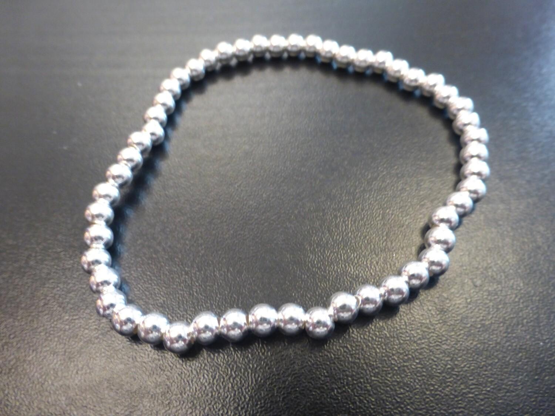 Bracelet en petites perles d'argent boules  3,5 mm, sur élastique