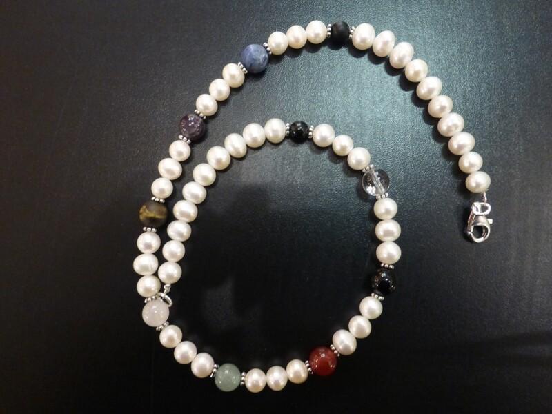 Collier tour de cou en perles d'eau douce, fleurs en argent et pierres des chakras. Longueur 44 cm