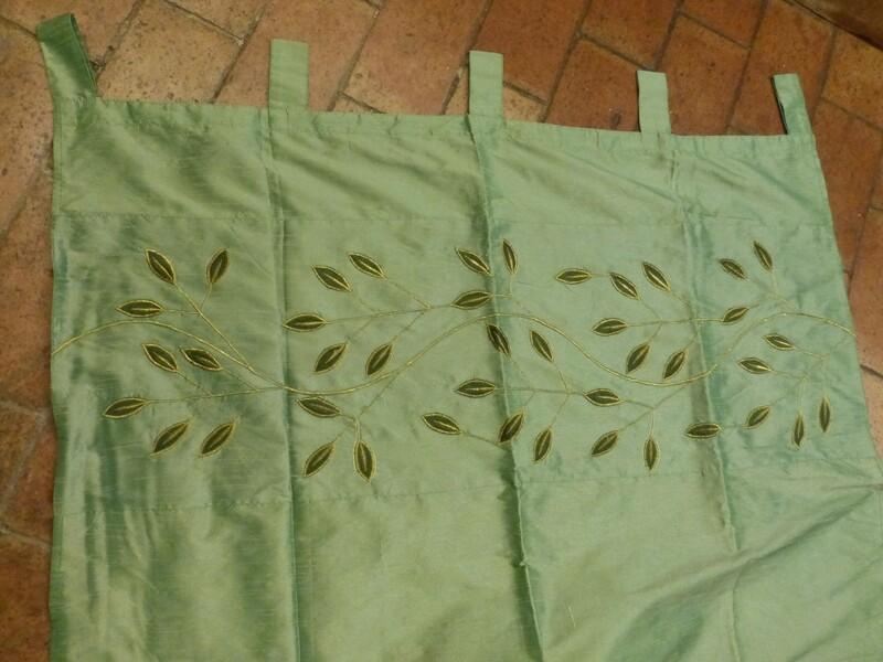 Rideau vert à motifs de feuilles