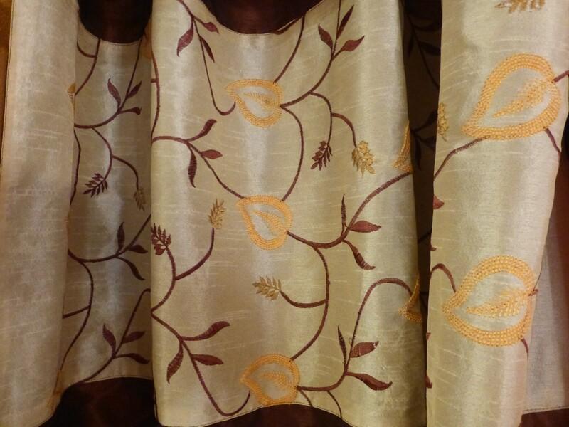Rideau brun foncé, bordure beige, brodée