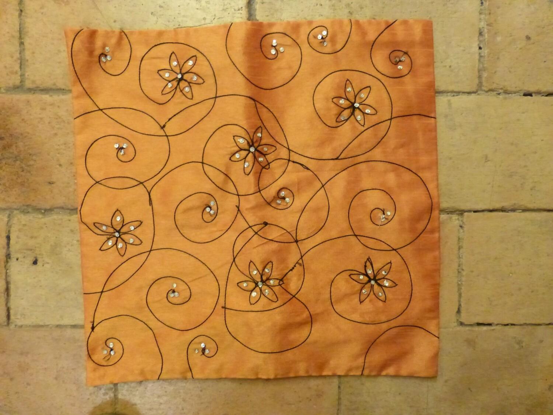 Housse de coussin orange, perlée