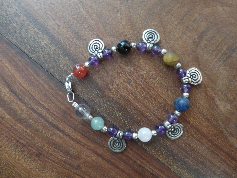 Bracelet en pierres des chakras et breloques argentées