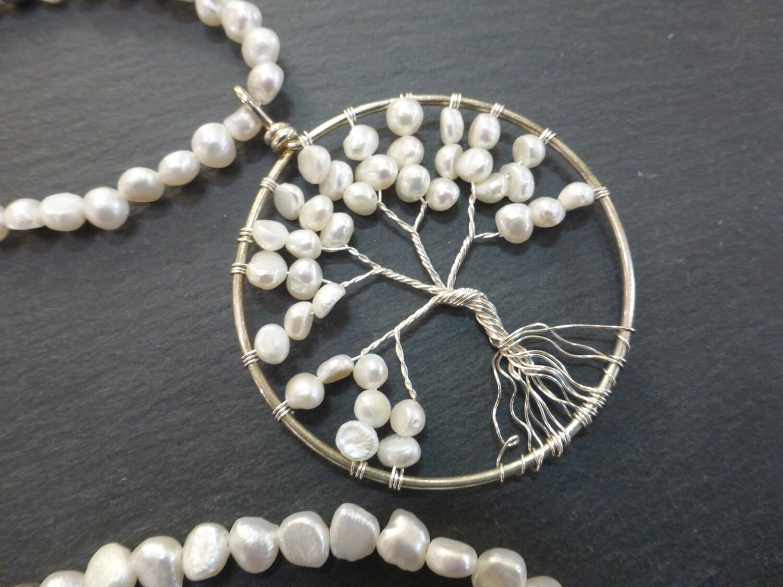 Collier sautoir en perles d'eau douce naturelles et métal argenté.