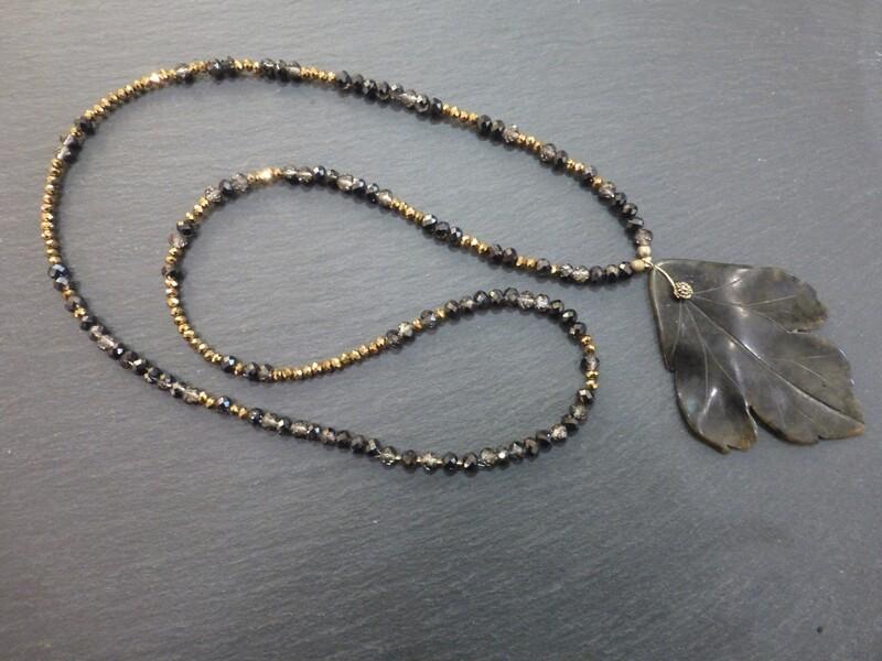 Collier sautoir en perles de verres à facettes