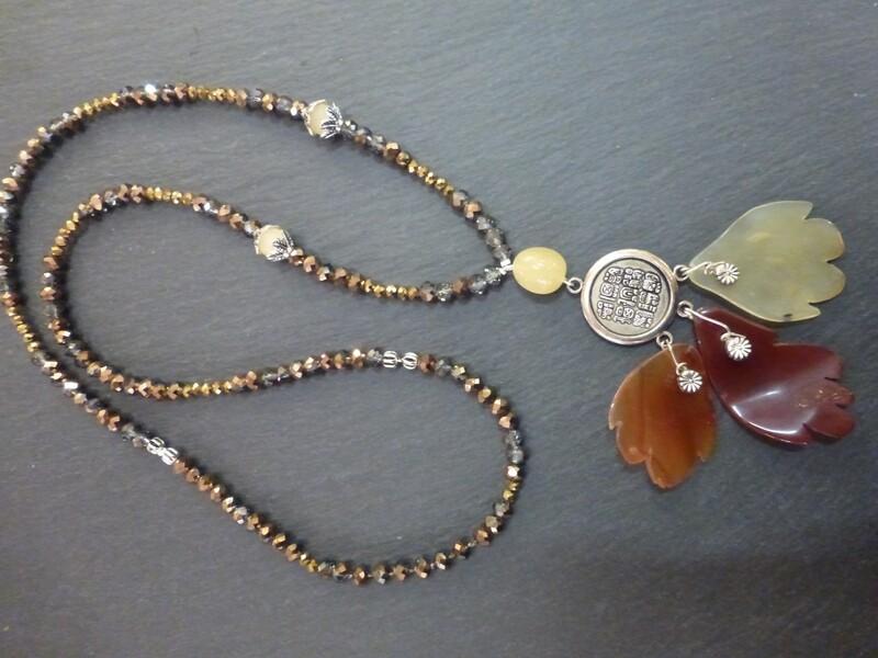 Collier sautoir avec pendentif formé de trois feuilles de pierres semi-précieuses, cornaline et serpentine