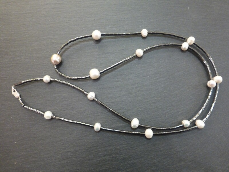 Magnifique sautoir d' hématite agrémenté de vraies perles d'eau douce, d'une taille respectable !