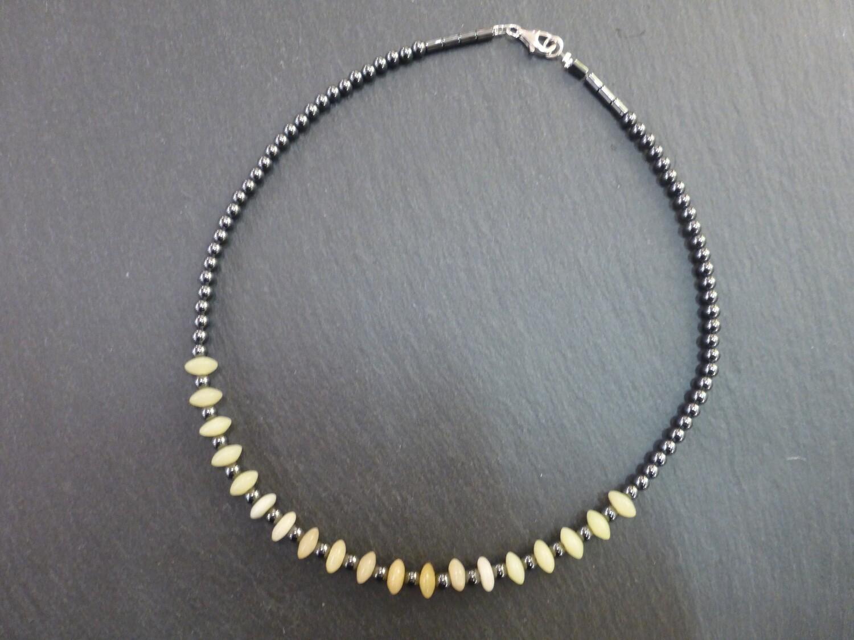Collier tour de cou en hématite agrémenté d'une jolie pierre jaune, probablement de la calcédoine
