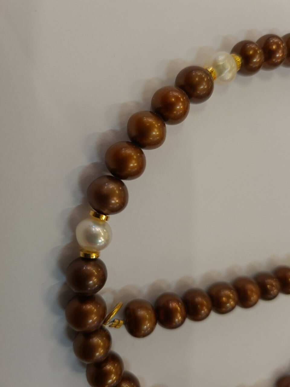 Collier tour de cou 45 cm . Perles d'eau douce et intercalaires dorés