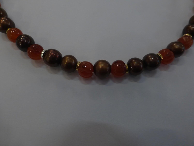 Collier de perles d'eau douce brun chocolat et de cornaline. 44 cm