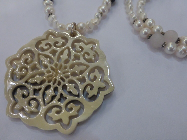 Sautoir en perles d'eau douce, pendentif  en corne diamètre 6 cm, collier longueur 92 cm