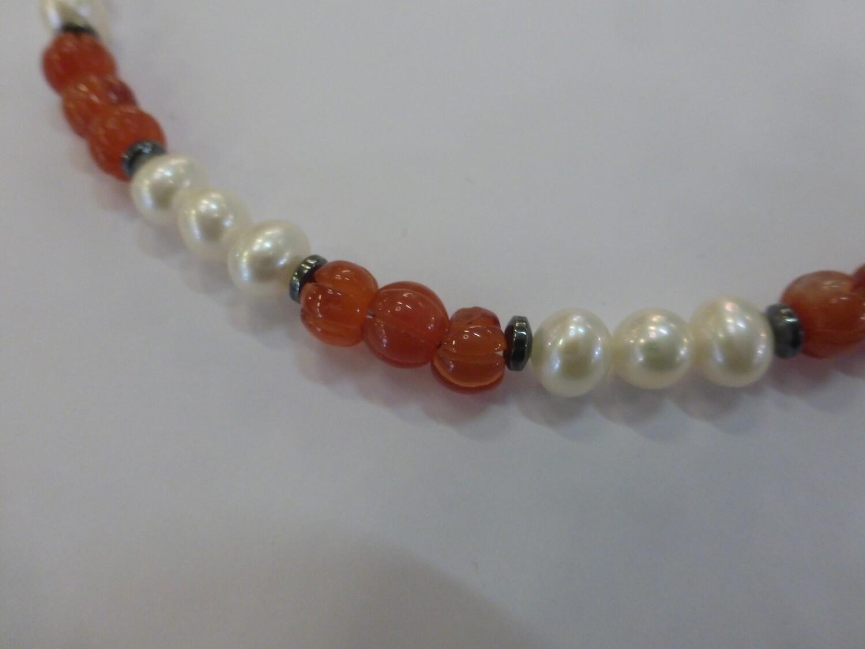 Collier tour de cou en perles d'eau douce et cornaline de 47 cm