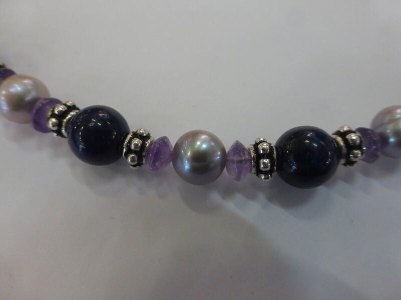 Collier romantique en perles d'eau douce légèrement gris-rose, intercalaires en argent 925, améthystes et  dumortiérite. 44 cm