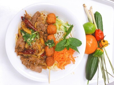 405- Stir Fried Beef with Lemon Grass and Hot Pepper on Vermicelli (Plus One Item)