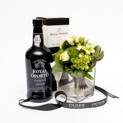 Arranjo floral em vaso com uma garrafa de vinho do porto Tawny Royal Oporto