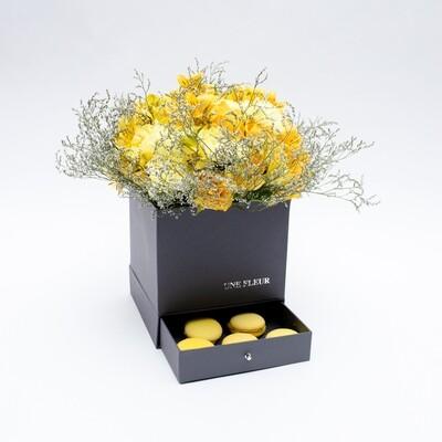 Caixa Presente com mix de flores da estação tons de amarelo com macarons artesanais limão