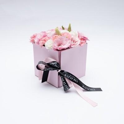 Caixa Presente com mix floral com rosas  e docinhos mixtos