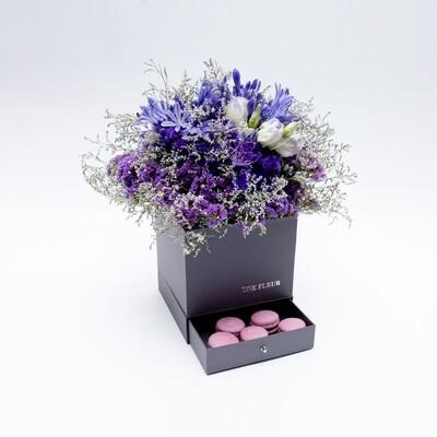 Caixa Presente com mix de flores da estação tons de roxo com macarons artesanais frambosesa