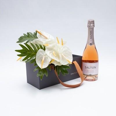 Caixa Presente com de antúrios brancos e espumante rosé
