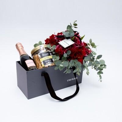 Caixa Presente com lindo Buque em tons vermelho/pink acompanhado de um espumante mini-Chandon e biscoitos