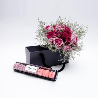 Caixa Presente com buque de rosas lilas e pink acompanhado de 8 Macarons framboesa.