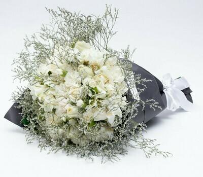 Sophie - Arranjo com mix de flores em tons de branco