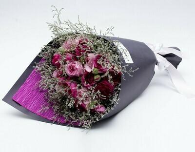 Marie - Arranjo com mix de flores em tons de pink.