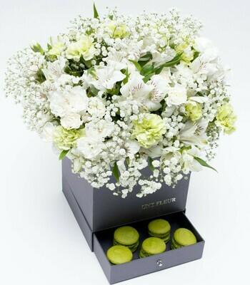 Caixa Surpresa com mix de flores brancas e verde com 9 Macarons pistache.