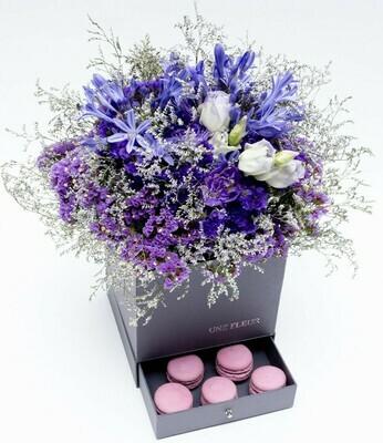 Caixa Surpresa com mix de flores em tons de lilas com 9 Macarons.