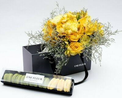 Caixa Presente com buque de rosas amarelas com alstroemerias acompanhado de 8 Macarons mixtos.