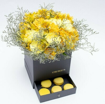 Caixa Surpresa com mix de flores da estação tons de amarelo com Macarons limão.
