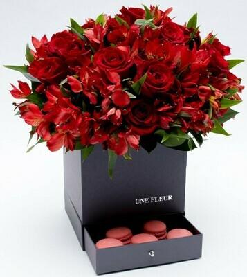 Caixa Surpresa com mix de rosas e altroemerias vermelhas com 9 Macarons framboesa.