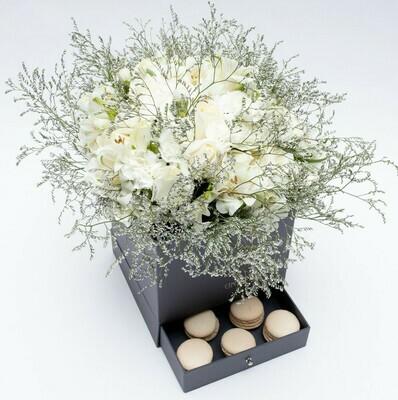 Caixa Surpresa com mix de rosas e altroemerias brancas com 9 macarons pistache.