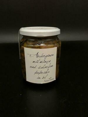 Auberginen mit Minze und scharfem Paprika in Öl