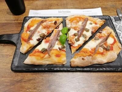 NAPOLI: Pomodoro, Fiordilatte, Capperi, Acciughe e Olive Nostraline.