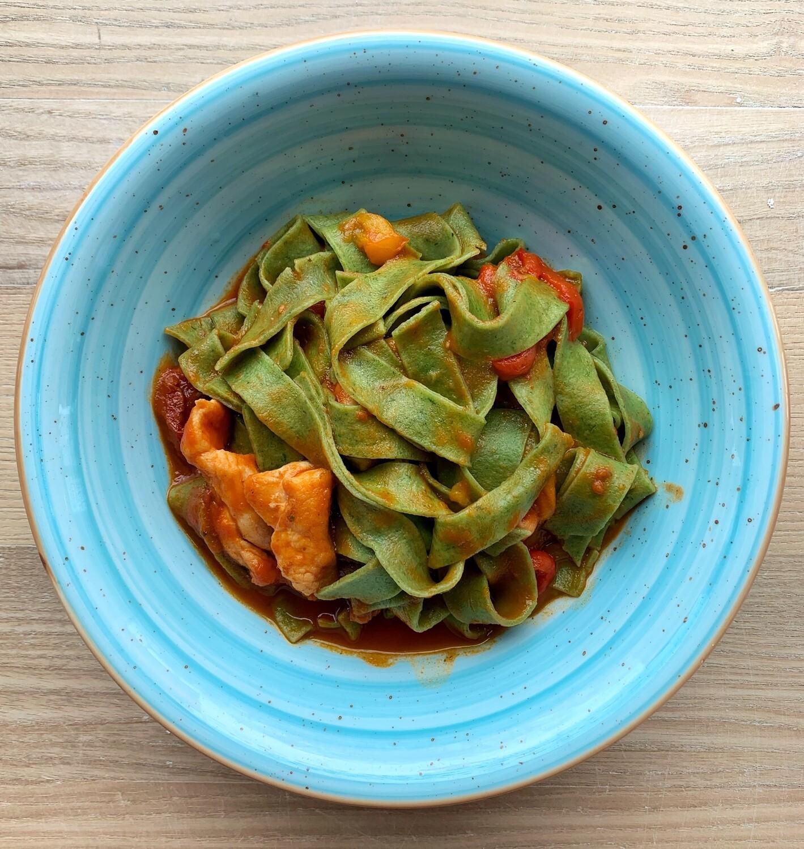 Зелені папарделе з куркою, печеним солодким перцем і в'яленими томатами/410г