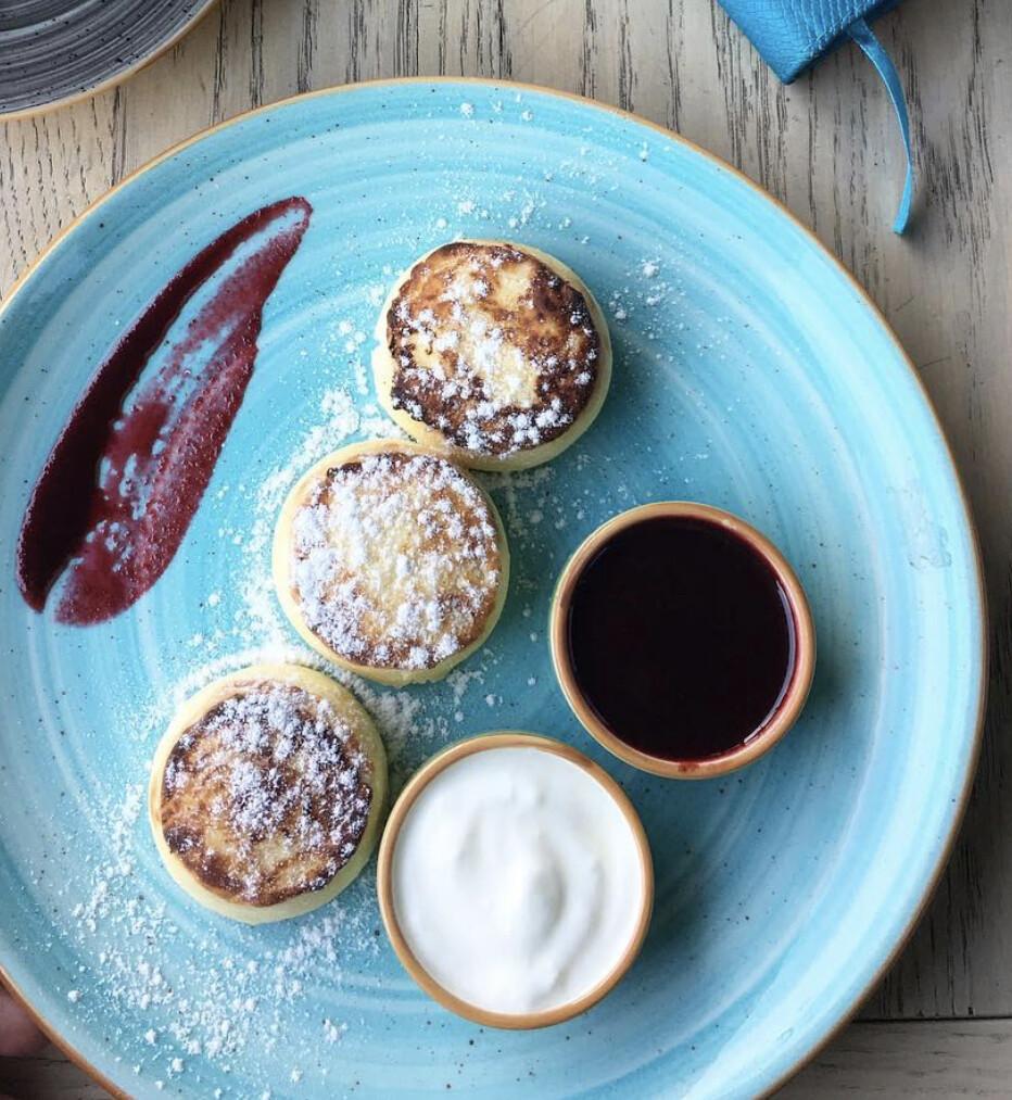 Сирники з рікотою та журавлиною (подаються з йогуртом та вишневим соусом) 220г
