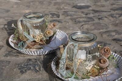 Teelichtglas auf Blechteller in weiss