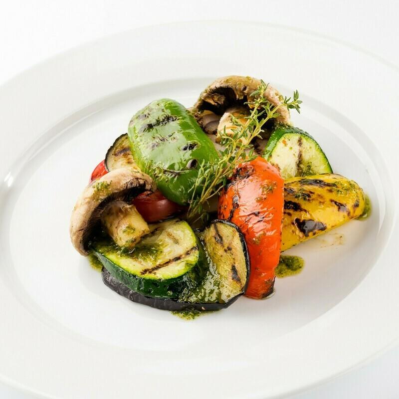 Салат из овощей гриль с соусом песто