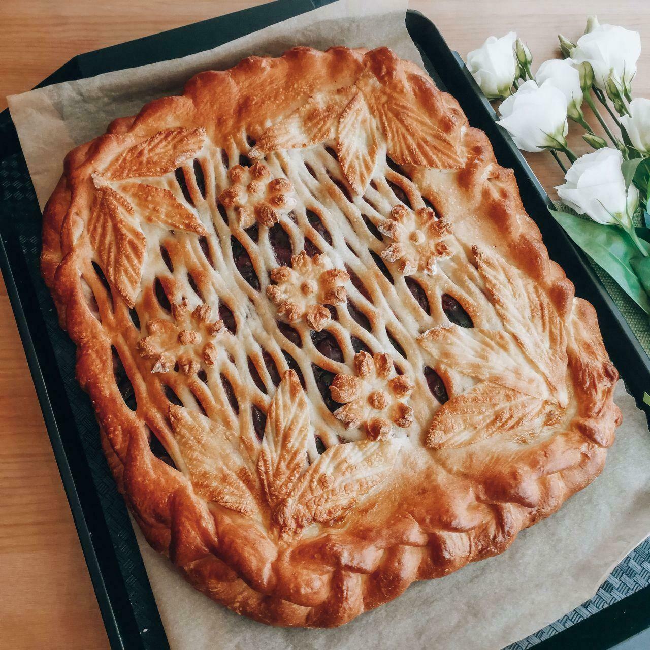 Пирог с яблоком, малиной, мёдом