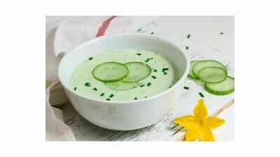 Komkommersoep met gerookte zalm en vleugje yoghurt
