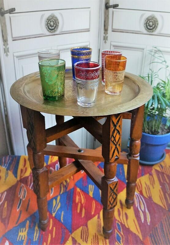 Mesa de té árabe & vasos vintage