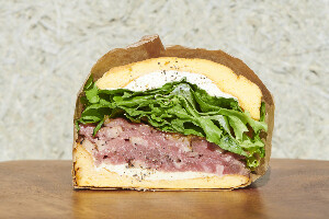 MOCMO sandwiches ローストビーフとハーブクリームチーズ(土日配達不可)