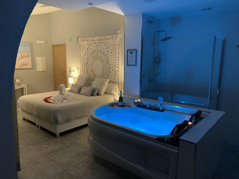 1 Noche entre semana - Escapada Romántica en Suite con Jacuzzi (AHORRA 50€)