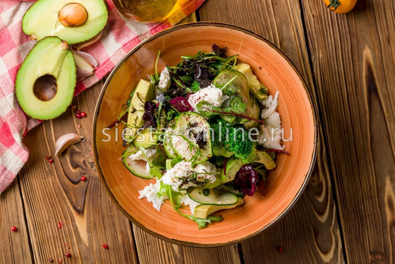 Большой зеленый салат с авокадо и моцареллой