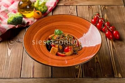 Черные спагетти с лососем в сливочно-томатном соусе